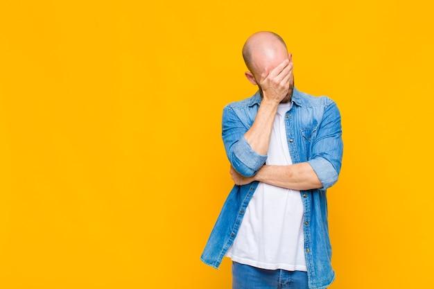 대머리 남자 스트레스, 부끄러움 또는 화가, 두통, 손으로 얼굴을 덮고