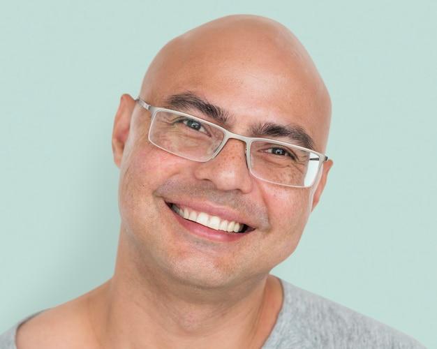 Uomo calvo con gli occhiali ritratto, viso sorridente da vicino