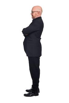 Лысый мужчина в очках на белом фоне