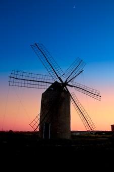 フォルメンテラ島のバレアレス諸島風車風車風車日没