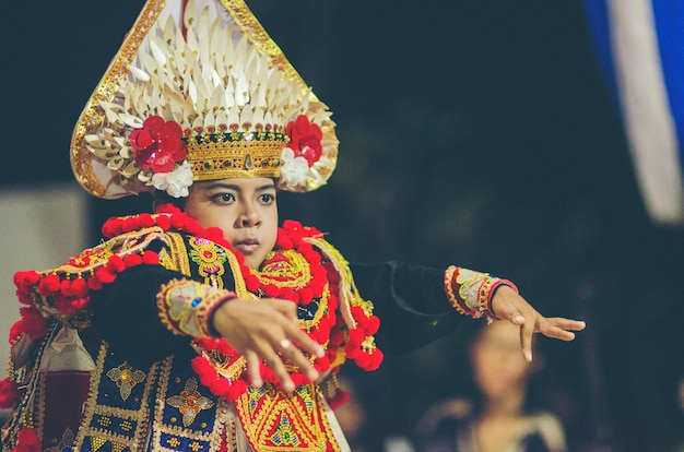 バリニーズダンス、伝統舞踊、衣類、kecamatan buleleng、bali、indonesia