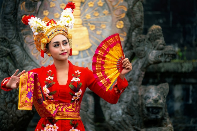 Balinese girl performing traditional dress Premium Photo