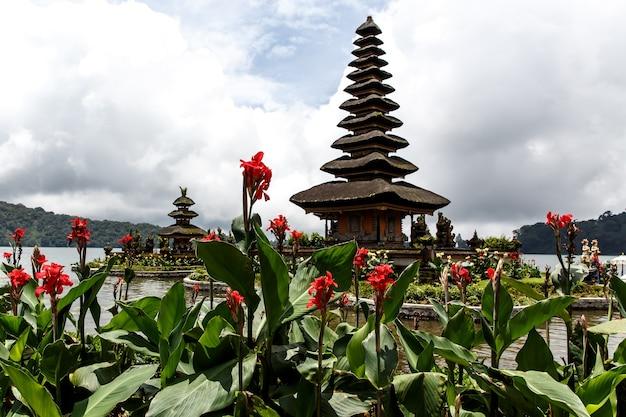 湖の上のバリの寺院、周りの花。