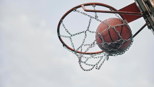 バスケットのクローズアップのボール