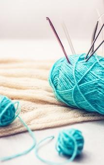 かぎ針編みの針で青い糸のボール