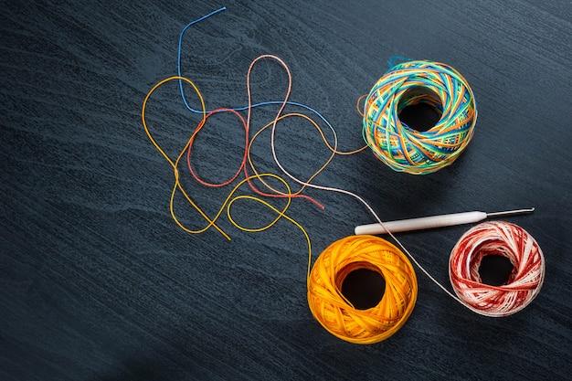 糸のボールとかぎ針編みのフック