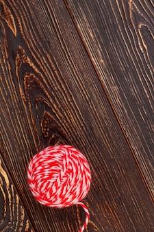 Клубок шерстяных ниток, копия пространства. клубок пряжи для вязания на текстурированном деревянном фоне, вид сверху.
