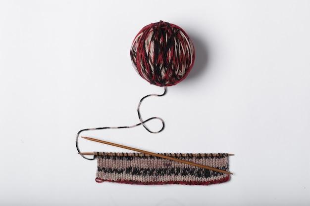 毛糸と編み物のボールが分離されました