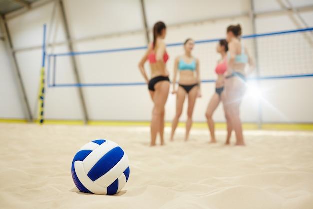 Мяч на песке