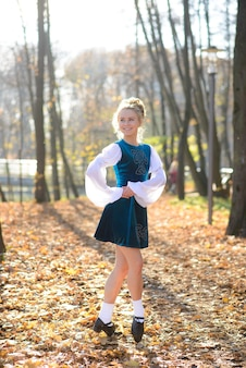 紅葉の中で自然公園で踊るバレリーナ。