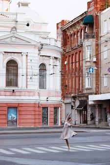 旧市街で踊るバレリーナ