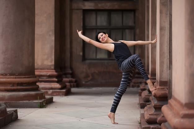 Балерина танцует на улице