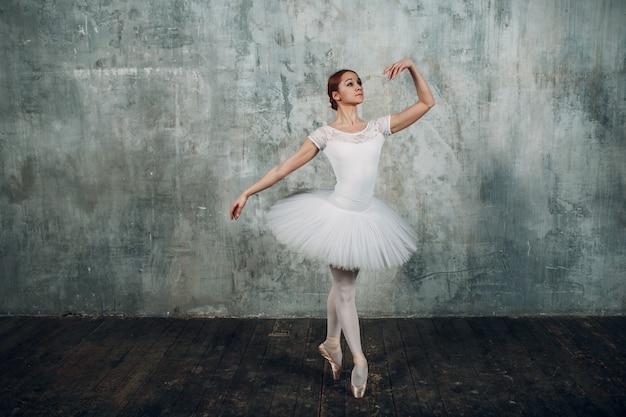 발레리나 여성. 젊은 아름 다운 여자 발레 댄서, 전문 복장, 포인트 슈즈와 흰색 투투를 입고.