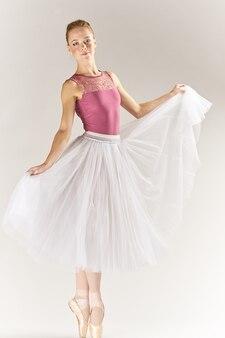 Балерина в пуантах и в пачке