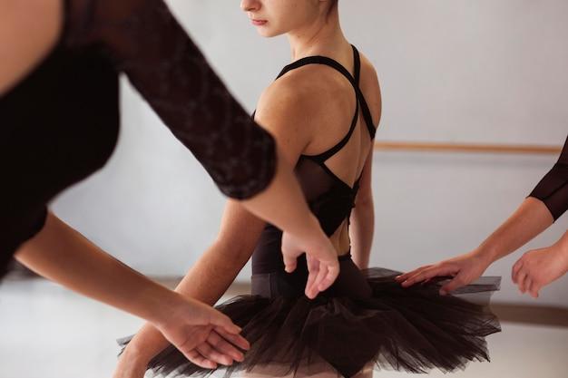 Балерина в юбке-пачке и купальниках готовится к выступлению
