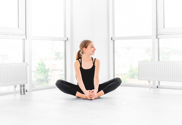 Балерина сидит в тренажерном зале