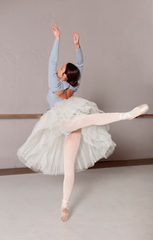 Ballerina in gonna tutu praticando balletto