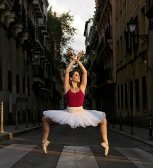 通りで踊るチュチュとバレリーナ