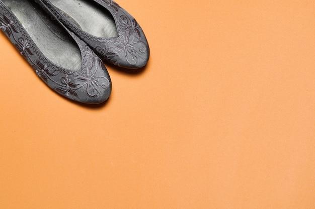 Балетки, плоские туфли-лодочки, балетки для бизнеса или повседневной одежды на красочном коричневом фоне с копией пространства. вид сверху плоская планировка