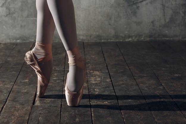 ポアントでバレエダンサーの足をクローズアップ