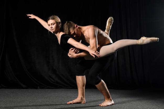レオタードで踊るバレエカップル