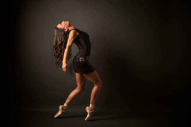 Балерина в черном трикотаже