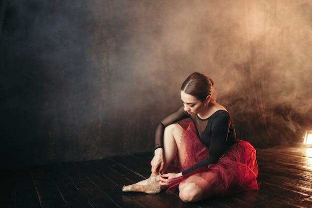 Балерина, завязывающая пуанты