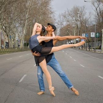 도시에서 발레 댄서 커플