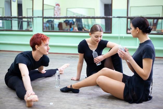 飲料水のトレーニングと会話を一時停止しているバレエダンサー