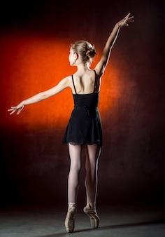 バレエ。スタジオで踊る柔軟なかわいいバレリーナのイメージ。美しい若いダンサー。バレリーナがポーズをとっています。