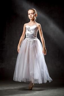 バレエ。スタジオで踊る柔軟なかわいいバレリーナのイメージ。美しい若いダンサー。女の子はバレエを勉強しています。