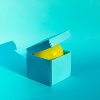 紙箱の色の背景のバルーン。パーティーやお祝いのコンセプトのアイデア