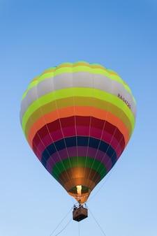 Воздушный шар в воздухе. езда на воздушном шаре. город чебоксары, россия, 19.08.2018