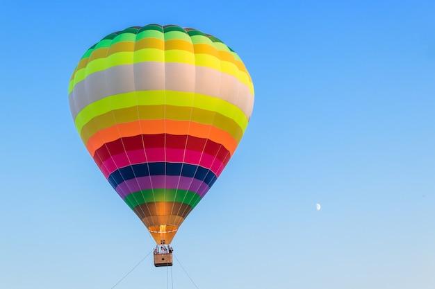 Воздушный шар в воздухе. езда на воздушном шаре. свобода. город чебоксары, россия, 19.08.2018