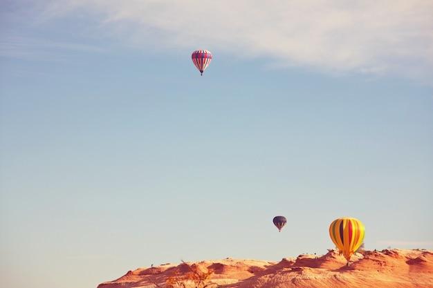 Воздушный шар в голубом небе