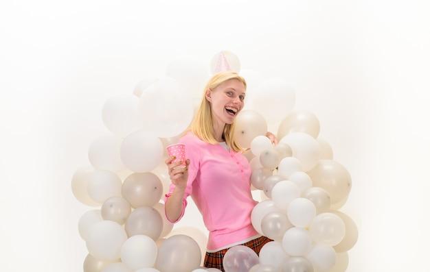 パジャマで風船パーティー気分の女の子は幸せなパーティー風船でパジャマパーティー笑顔の女性を祝う