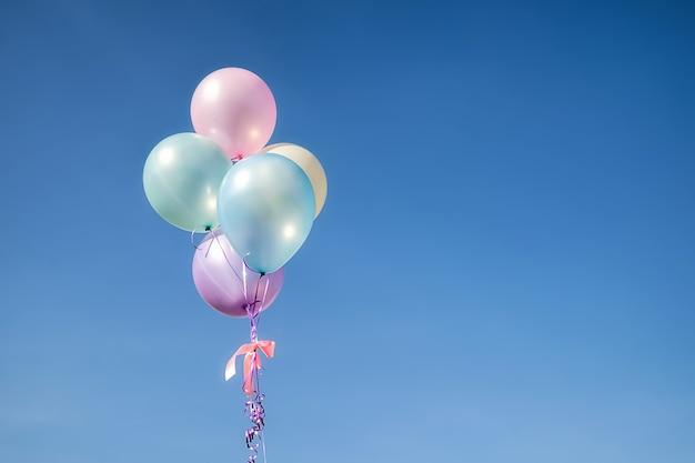 여름에는 사랑의 푸른 하늘 개념에 화려한 풍선