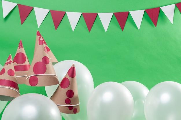 Воздушные шары, головные уборы и гирлянды