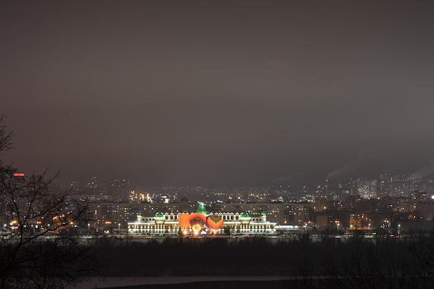 Воздушные шары над ночным городом