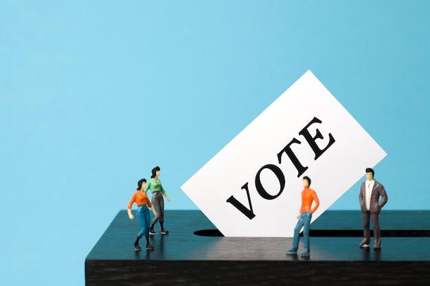 ミニチュアの有権者がいる投票箱