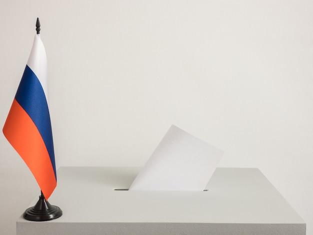 러시아의 국기와 함께 투표함입니다. 2018년 대통령 선거