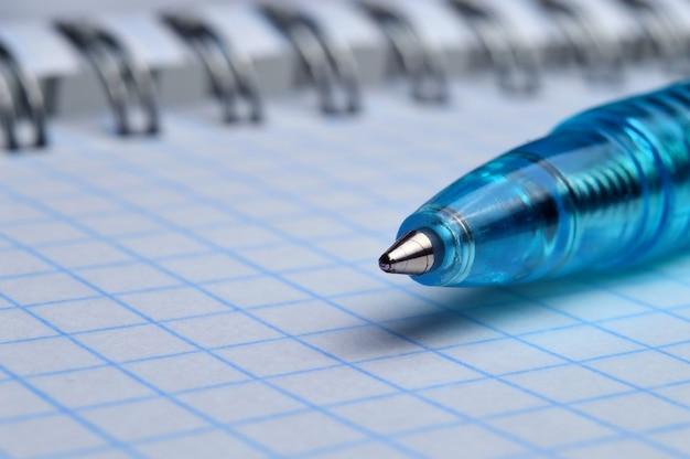 Шариковая ручка на открытой спиральной тетради, макрос