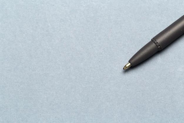 Шариковая ручка, показывающая связь, свяжитесь с нами или концепция почты на сером фоне