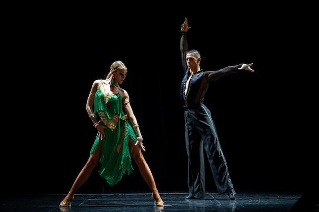 黒の背景に分離ダンスボールルームのカップル。
