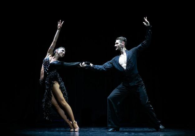 Бальные пары танцуют, изолированные на черном.