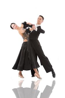 Пара бального танца в позе танца изолированной на белой предпосылке. бальные чувственные профессиональные танцоры танцуют вальс, танго, медленный фокс и квикстеп бальные пары танцуют профессионально