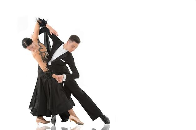 Пара бальных танцев в позе танца, изолированные на белом фоне. бальные чувственные профессиональные танцоры танцуют вальс, танго