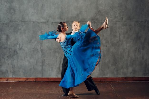 볼룸댄스. 폭스트롯 춤을 추는 젊은 남녀.
