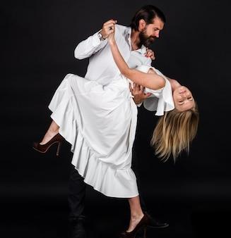 볼룸 댄서 커플입니다. 춤, 살사, 왈츠. 열정과 사랑 개념입니다.