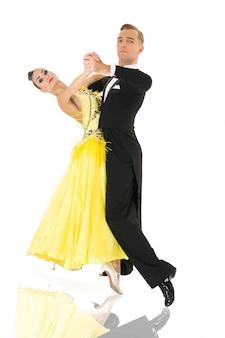 Бальные танцоры. пара бальных танцев в позе танца, изолированные на белом фоне. бальные чувственные профессиональные танцоры танцуют вальс, танго, медленный лис и квикстеп. просто танцуй.
